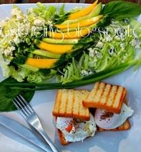 Mango ir pelėsinio sūrio salotos su benedikto kiaušiniais