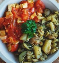Cukinijų troškinys su pomidorų ir tofu pagardu