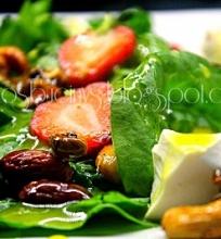 Špinatų salotos su braškėmis ir medaus padažu