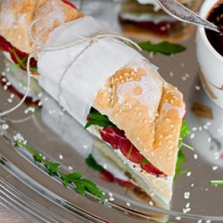 Pusryčių sumuštinis su prancūziška duona