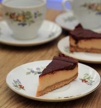 Karamelinis sūrpyragis su šokolado glajumi