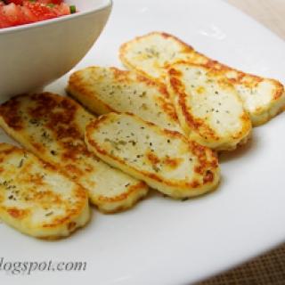 keptas naminis sūris su pomidorais