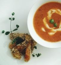 Aštri pomidorų sriuba su saliero lazdelėm