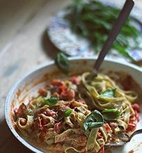 Tagliatelle su rikotos ir pomidorų padažu