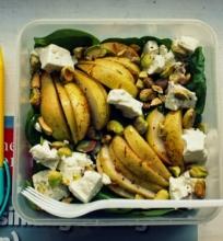 Špinatų, kriaušių ir fetos salotos su pistacijomis