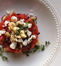 Keptų burokėlių salotos su šviežiu ožkos pieno sūriu, greipfrutais ir skrudinta is lazdyno riešutais