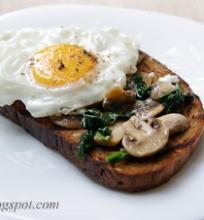 skrudinta duona su pievagrybiais, špinatais ir kiaušiniu