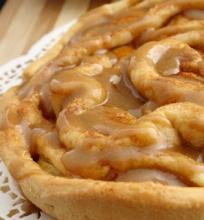 Spiralinis Obuolių Pyragas su Karameliniu Glaistu