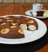 Šokoladinis pyragas su kokosiniais varškės kamuoliukais