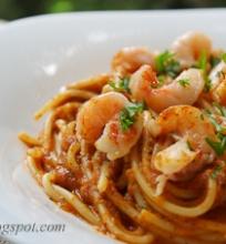 spageti makaronai su pomidorų padažu ir krevetėmis
