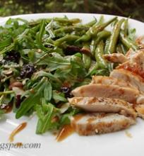 vištienos salotos su šparaginėmis pupelėmis, migdolais ir džiovintomis vyšniomis