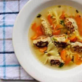 Skaidri sriuba su makaronais ir vištienos bei obuolių kukuliukais