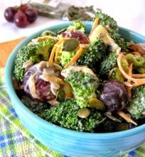Brokolių-vynuogių salotos