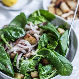 Špinatų salotos su datulėmis ir migdolais