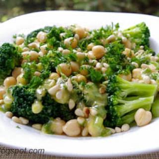brokolių salotos su avinžirniais ir kedrinių pinijų riešutais