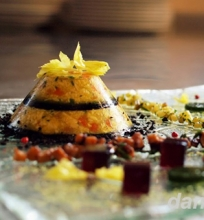 Paukštienos šaltiena su marinuotais agurkėliai, grybų salotomis, špinatų ir burok ėlių žėle