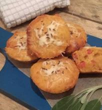 Sūrūs keksiukai su kumpiu, sūriu ir pomidorais