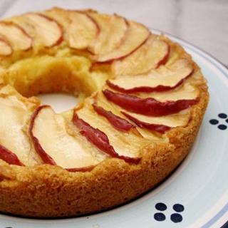 Obuolių Pyragas su Vaniliniu Kremu
