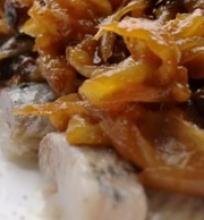 Silkė su karamelizuotais svogūnais ir džiovintomis slyvomis