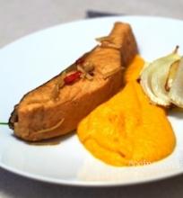 Sojos padaže virta lašiša su morkų piure ir pankoliais