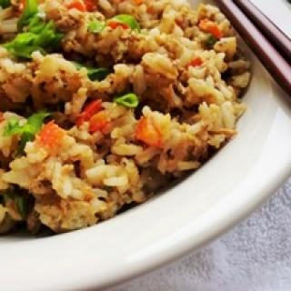 Su kiaušiniais ir tunu kepti ryžiai