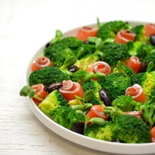 Salotos su brokoliais ir lašiša