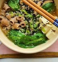 Vegetariška Miso sriuba su grikių makaronais ir špinatais