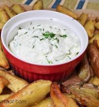 orkaitėje keptos bulvių skiltelės su majoneziniu padažu