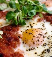 Pomidorų padaže kepti kiaušiniai