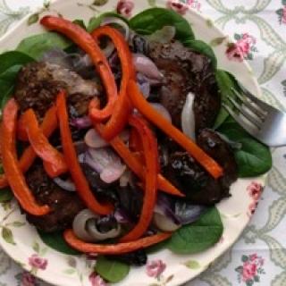 Vištų kepenėlių, keptų paprikų ir džiovintų slyvų salotos