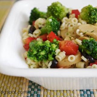 makaronų salotos su marinuotais pievagrybiais ir daržovėmis
