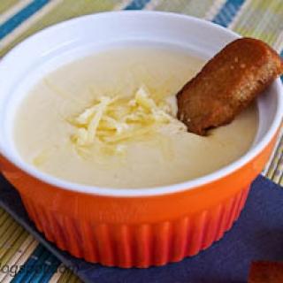 sūrio padažas prie keptos duonos