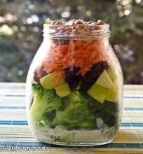 salotos su brokoliais ir jogurtiniu padažu