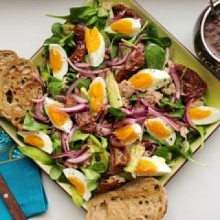 Sultenių salotos su tunu, avokadais, saulėje džiovintais pomidorais ir minkštai virtais kiau šiniai
