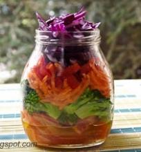 spalvingos daržovių salotos su baltojo vyno acto padažu
