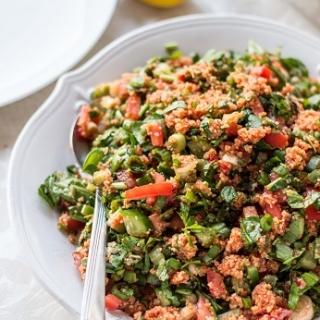 Smulkaus bulguro ir žalumynų salotos