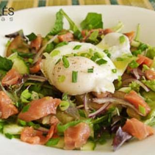 salotos su rūkyta lašiša ir be lukšto virtu kiaušiniu