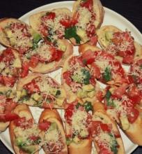 Brusketa su pomidorais ir avokadais