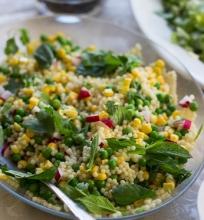 Perlinio kuskuso salotos su žirneliais ir kukurūzais