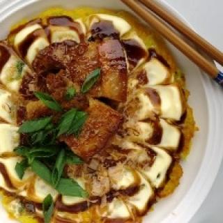 Okonomiyaki su morkomis ir lėtai troškinta kiaulienos šonine