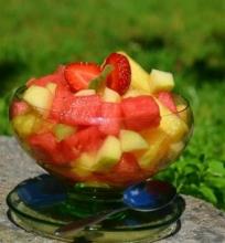 Vaisių ir uogų salotos