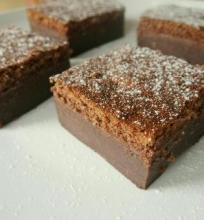 Šokoladinis keistas trisluoksnis kremo pyragas