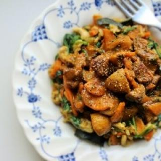 Jautienos ir pievagrybių troškinys su rudųjų ryžių ir daržovių plovu
