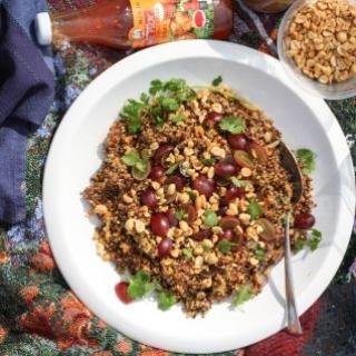 Bolivinių balandų salotos, žemės riešutų ir vynuogių salotos -
