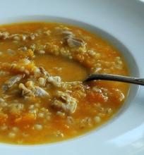 Moliūų sriuba su perlinėm kruopom ir paukštiena