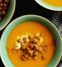Morkų sriuba su jogurtu ir gruzdintais avinžirniais