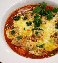 Tiršta sriuba su sultingais mėsos kukulaičiais,