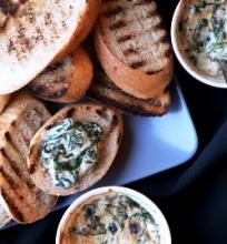 Špinatų ir maskarponės sūrio dip'as