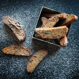 Biscotti su graikiniais riešutais ir juodaisiais pipirais