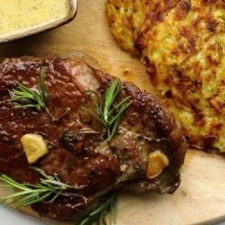 """Sotusis jautienos steikas """"Rib Steak"""" su """"Bearnaise"""" padažu ir stambiai tarkuotų bulvių blynais"""